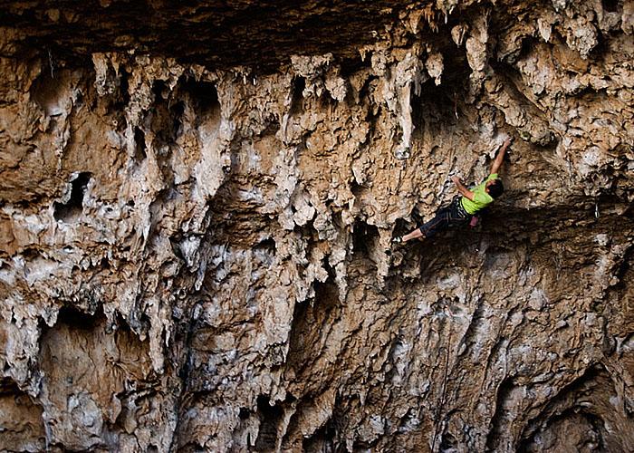 Juan Olarte se encarama a las chorreras en el fondo de la cueva