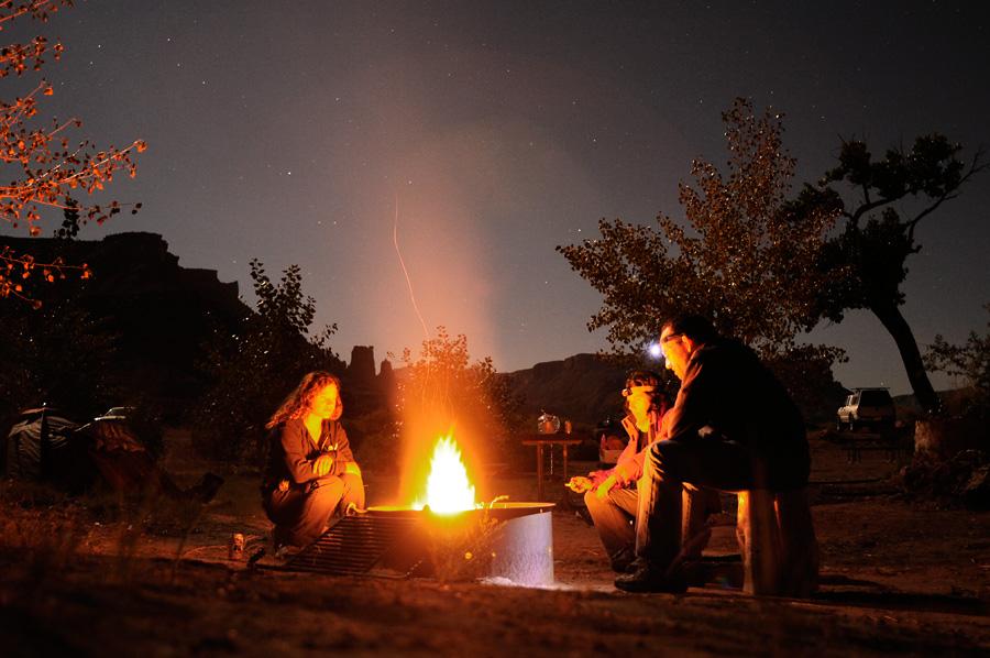 Hogera de campamento al lado del rio Colorado
